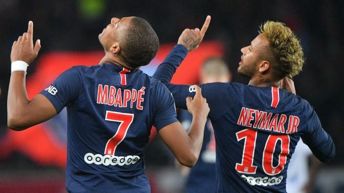 Fußball: PSG-Stürmer Mbappé und Neymar feiern einen Treffer