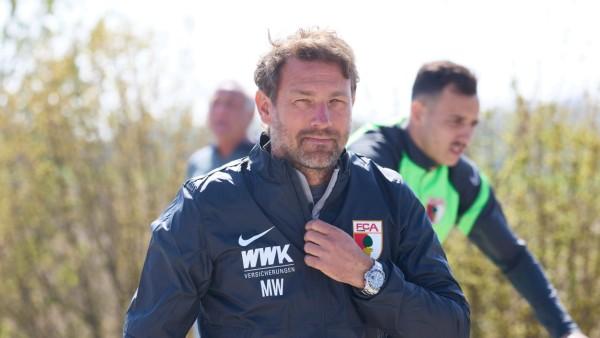 Sport Themen der Woche KW17 Sport Bilder des Tages Markus Weinzierl (Trainer FC Augsburg), auf dem Weg zum Trainingsplat