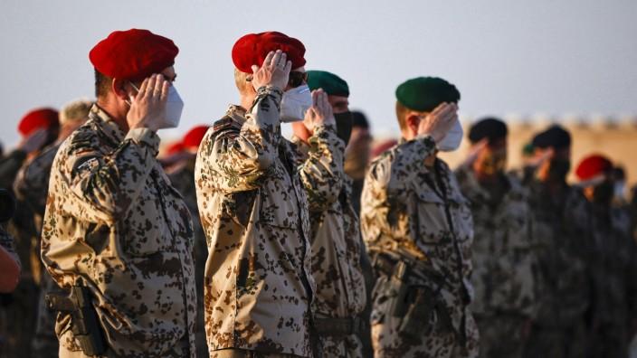 Deutsche Bundeswehr Soldaten bei einer Gedenkzeremonie am Ehrenhain im Feldlager Camp Marmal Masar-e Scharif. 29.04.2021