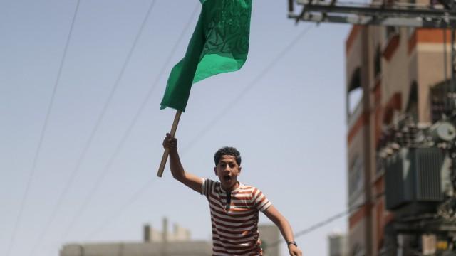 Demonstrant mit der Flagge der radikalislamischen Hamas.