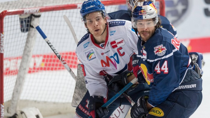 Eishockey, DEL, 12.02.2021, EHC Red Bull München - Adler Mannheim. Im Bild Benjamin SMITH (Adler Mannheim, 18) und Zach