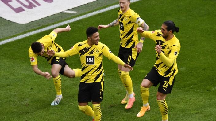 Borussia Dortmund: Fußballer finden es mitunter schön, ganz allein zu sein: Wer wie Jadon Sancho (2. von links) wichtige Tore schießt, ist schnell nicht mehr solo, sondern umringt von Gratulanten.