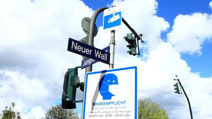 An einem Pfahl vor der Geschäftsstraße Neuer Wall in der Hamburger Innenstadt hängt ein Schild, das darauf hinweist, da