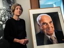 Maike Kohl-Richter übergibt Porträt von Altbundeskanzler Kohl