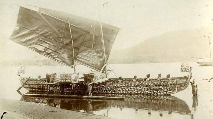 Koloniale Raubkunst: Das neue Buch von Götz Aly: Das Luf-Boot vor der Handelsstation von Hernsheim & Co. auf Matupi, 1903. Wenig später wurde es nach Berlin transportiert.