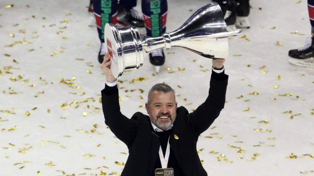Trainer Serge Aubin mit Pokal, Deutscher Meister die Mannschaft des EHC Eisbären Berlin / / Eishockey / Play Off Finale