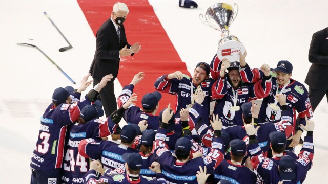 oben links DEB Präsident Franz Reindl, John Ramage, Frank Hördler mit Meisterpokal Pokal, Kai Wissmann, Deutscher Meist