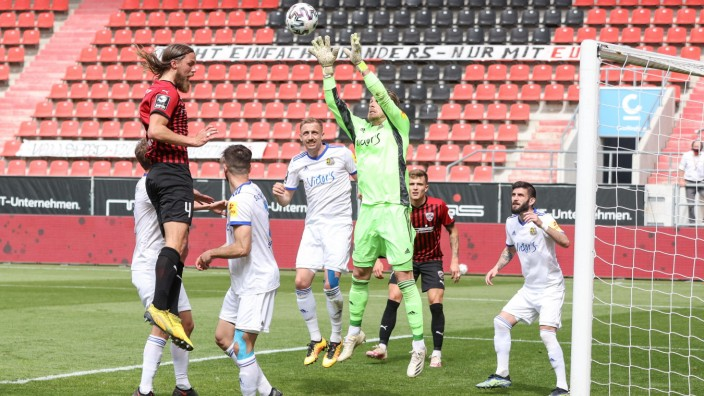3. Liga - FC Ingolstadt 04 - 1. FC Saarbrücken - Björn Paulsen (4, FCI) kommt nicht hin, Torwart Batz Daniel (1 SB) häl