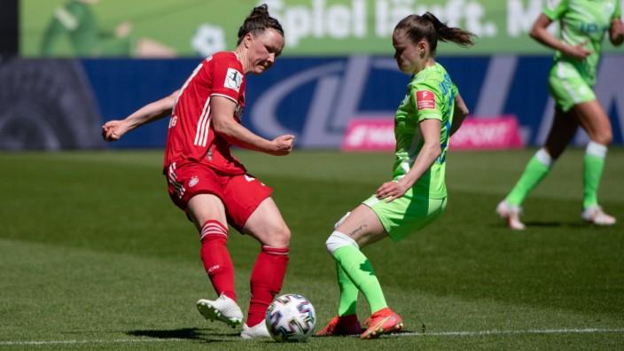 Marina Hegering (FC Bayern Muenchen) im Zweikampf mit Ewa Pajor (VfL Wolfsburg), GER, VfL Wolfsburg vs. FC Bayern Muench