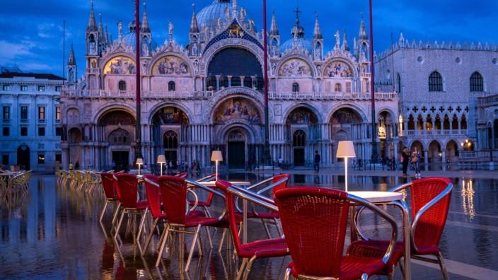 Venedig Italien 18.06.2020 Der 5.Tag nach der Aufhebung der Reisebeschränkungen nach COVID_19 Das Caff Quadri ist ein K
