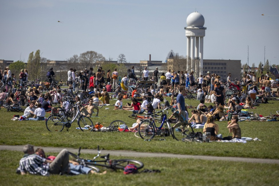 Menschen geniessen den sonnigen Fruehlingswetter am Tempelhofer Feld in Berlin am 9. Mai 2021. Sonniges Fruehlingswette