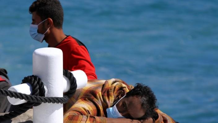 Migrants arrive on Lampedusa