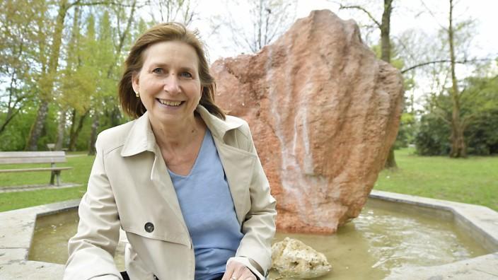 Tassilo: In ihrer Ortschronik für junge Leserinnen und Leser hat Petra Breuer die spannende Geschichte ihres Wohnorts Aschheim - hier der Brunnen im Dornacher Park - erkundet.
