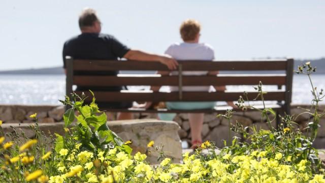 Rentner im Ausland: Wann greift die Krankenversicherungspflicht?