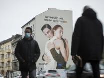 Ein Werbebild von Zalando mit zwei sich umarmenden Menschen in Berlin Neukölln./ Foto: bildgehege Wandbild Umarmung ***