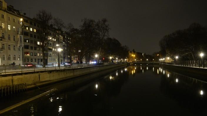 München bei Nacht: Die Isar liegt still da, die Einwohnerinnen und Einwohner schlafen - anscheinend besonders gut.