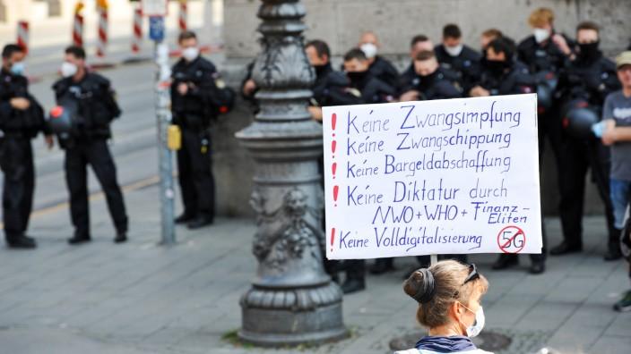 """Gegner der Corona-Maßnahmen formieren sich in München unter dem Namen """"Querdenken 089"""": Hier ein Demonstrationszug vom Odeonsplatz zur Theresienwiese, der wegen nicht eingehaltener Hygiene- und Abstandsregeln in der Gabelsbergerstraße von der Polizei gestoppt wurde."""