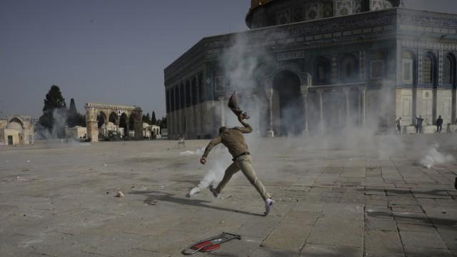 Nahost: Hartes Vorgehen: Die Polizei treibt Protestierende rund um die Al-Aksa-Moschee in Jerusalem mit Tränengas auseinander.