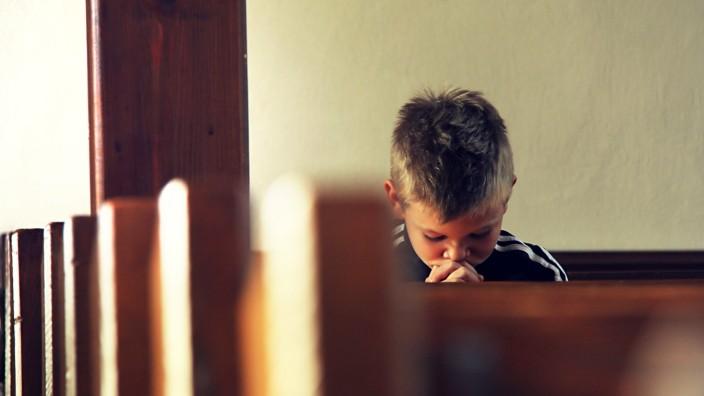 junge,kirche,beten *** boy,church,praying n85-fon,model released, Symbolfoto