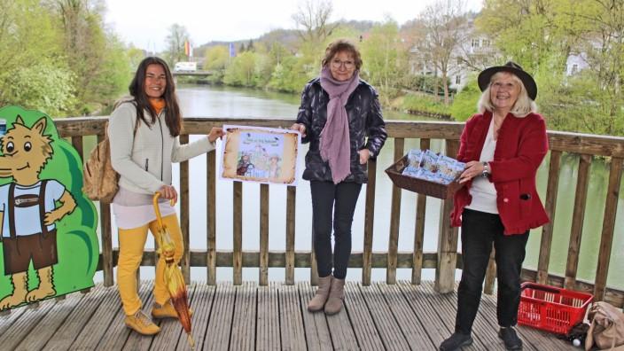 """Barbara Lexa, Ursula Schmitt und Gabriele Rüth (von links) haben das Büchlein """"Flucht aus Burg Teufelsnest"""" gestaltet"""
