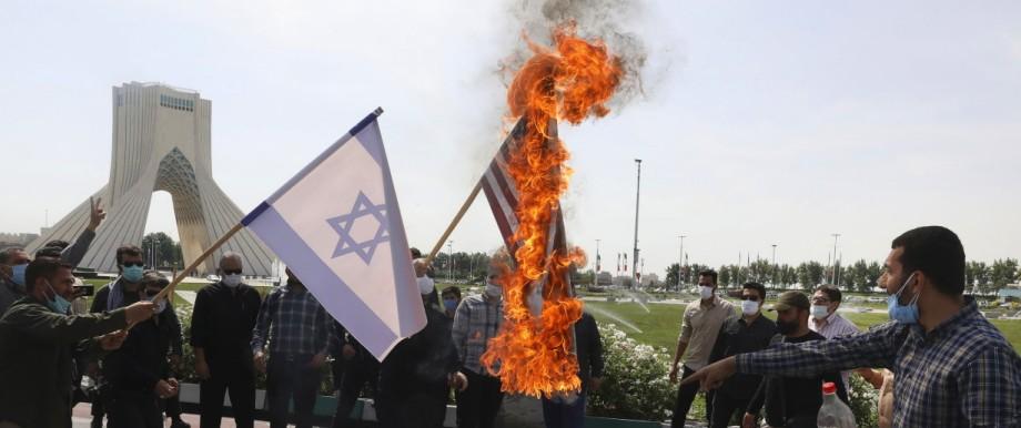 USA: Demonstranten verbrennen in Teheran die israelische und die US-Flagge: Im Mittelpunkt von Bidens Nahost-Politik stehen nicht Israel und die Palästinenser, sondern die Iraner.