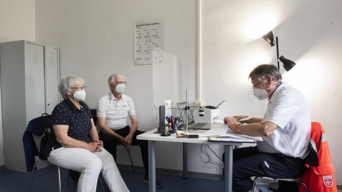 Haar, Impfaktion für über 70-Jährige, v.li. Marianne und Werner Torms, Wolfgang Voss, Impfarzt, Foto: Angelika Bardehle