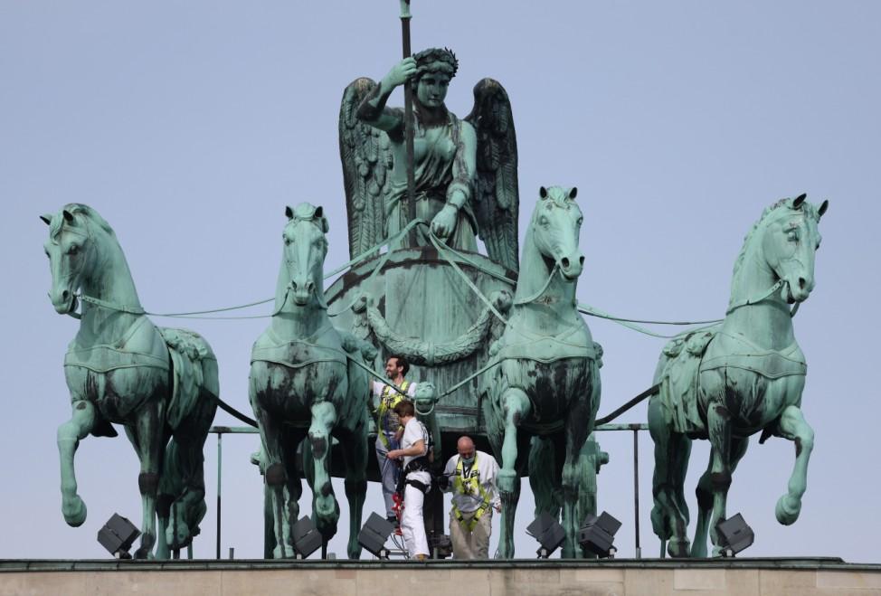 BESTPIX- Measuring The Quadriga Statue In Berlin