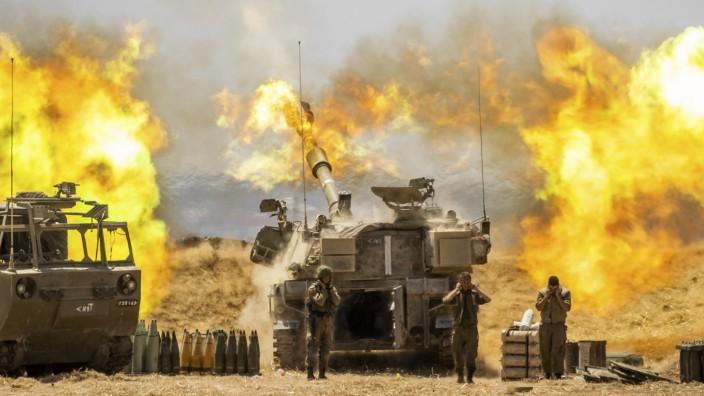 Nahostkonflikt: Eine israelische Panzerhaubitze feuert auf Ziele im Gazastreifen.