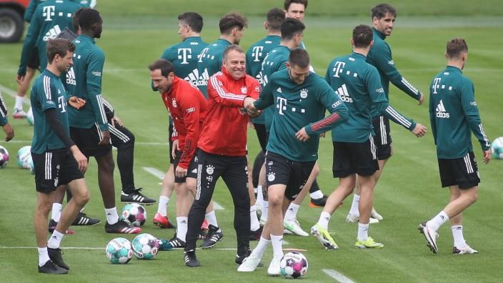 Muenchen, Deutschland 06. Mai 2021: 1. BL - 2020/2021 - FC Bayern Muenchen Training 06.05.2021 in der Mitte, Trainer Han