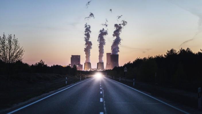 Das Kohlekraftwerk Boxberg zeichnet sich hinter der B156 ab, aufgenommen in Boxberg, 23.04.2020. Laut Fahrplan der Bunde