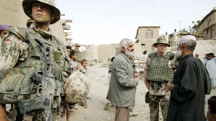 Kabul Afghanistan Bundeswehr ISAF Fusspatrouille in einem Dorf 13 09 2004 Kabul Afghanistan A