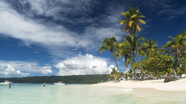 Sandstrand der Insel Cayo Levantado vor Samana, Dominikanische Republik, Karibik, Amerika palm fringed sandy beach of C