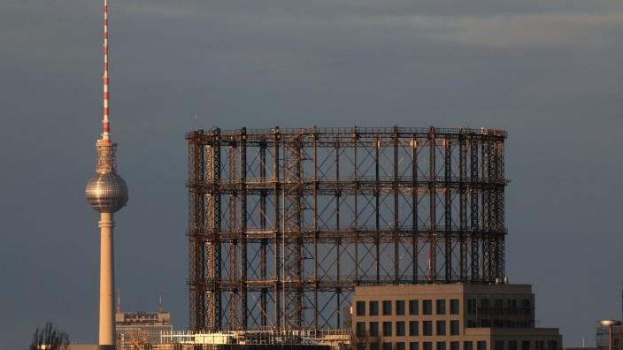 01.04.2020, Berlin, GER - Blick auf den Gasometer Schoeneberg und den Berliner Fernsehturm. (Alltag, aussen, Aussenaufna