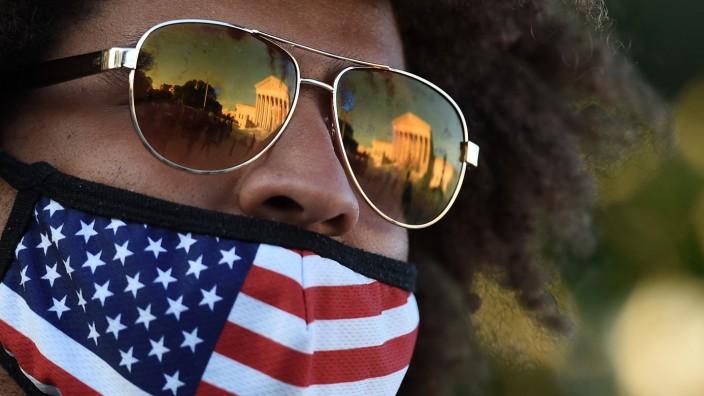 An vielen Orten in den USA dürfen nicht nur Nasen, sondern auch Münder wieder unbedeckt sein.