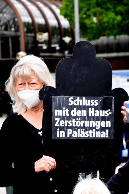 Teilnehmer Muenchen 14.05.21 Therseienwiese Domostation Frauen in Schwarz -gerechtigkeit fuer Palaestiner Muenchen *** P