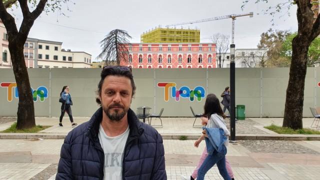 16.4.21 Tirana Schauspieler Nerian Licaj vor Abrissstelle Nationaltheater_(c) Florian Hassel
