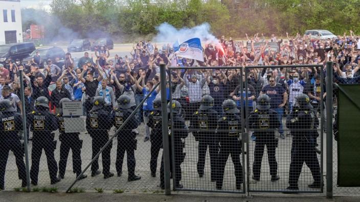 Fans des FC Hansa Rostock feiern mit den Spielern nach dem Spiel den Auswärtssieg und zünden Rauchbomben, Bengalo, Benga