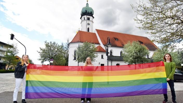 LGBTQ: Die Aktion geht von den Eichenauer Ministrantinnen und Ministranten aus, v.l. Luise Wiegelmann, Laetitia Wüst und Marius Fink.