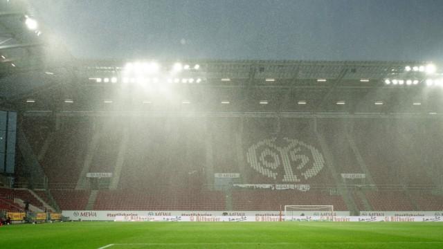 Regen in der Opel Arena Mainz, 16.05.2021, Fussball, Bundesliga, 1. FSV Mainz 05 - Borussia Dortmund Fussball *** Rain a