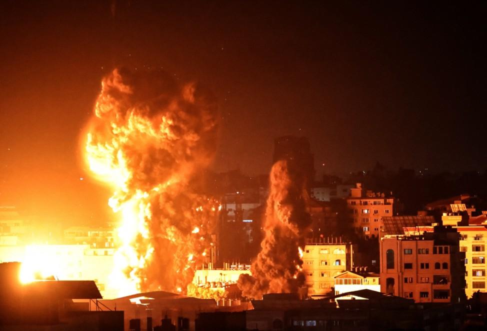 Israel-Palästina-Konflikt: Feuer im Gazastreifen nach dem Angriff israelischer Kampfflugzeuge.