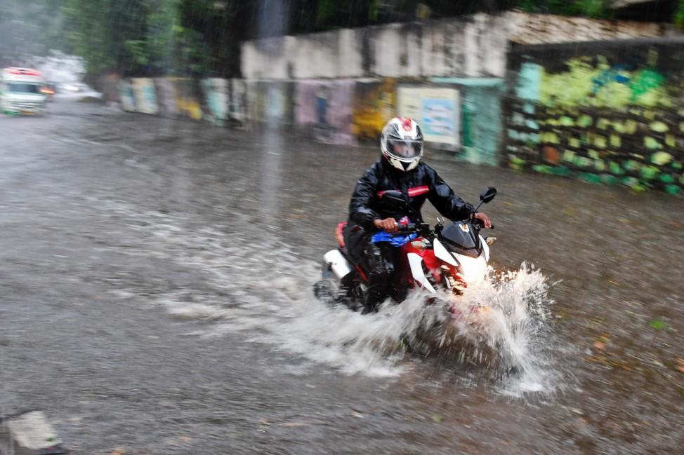 Überschwemmte Straßen in Mumbai, Indien, durch den Zyklon Tauktae.