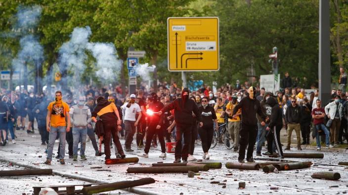 16.05.2021, xtgx, Fussball 3. Liga, SG Dynamo Dresden feiert den Aufstieg in die 2. Bundesliga emspor, v.l. Fans randal