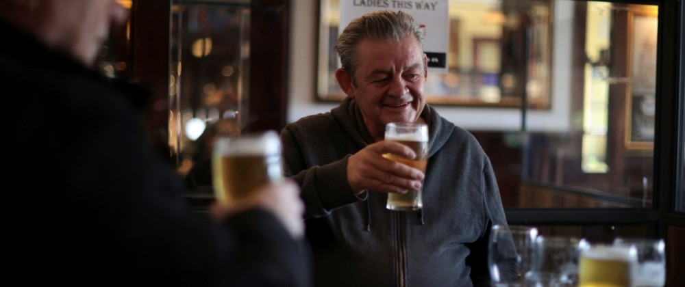 Corona in Großbritannien: Zwei Engländer trinken in einem Pub in London
