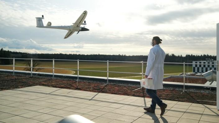 So könnte das aussehen, wenn eine Drohne ein Medikament transportiert. Der Behälter ist ein Modell. Verbundprojekt, bei dem auch Universität der Bundeswehr in  Neubiberg, Prof. Jörg Böttcher und Team, beteiligt ist