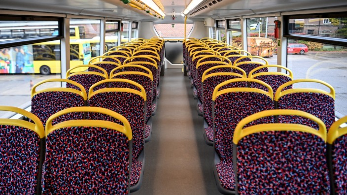 BVG stellt zwei neue Doppeldeckerbusse vor