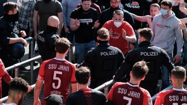 Benedikt Gimber (Regensburg, 5) und weitere Spieler vor dem Stadion mit Fans beim Spiel SV Sandhausen vs. SSV Jahn Rege