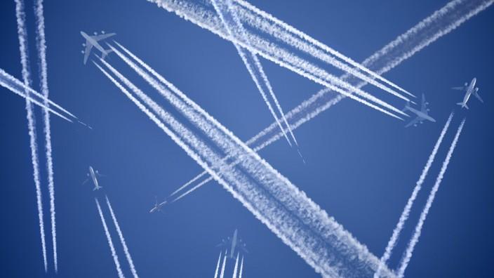 FOTOMONTAGE, Flugzeuge mit Kondensstreifen am Himmel