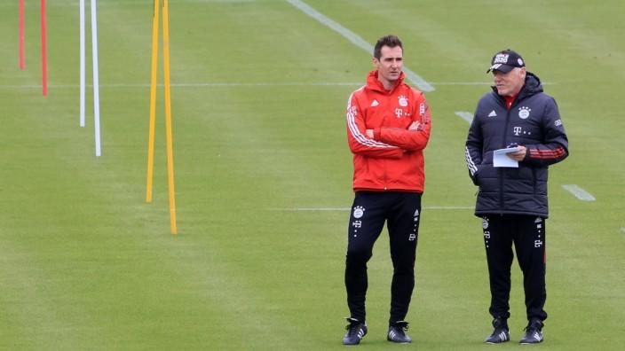 29.04.2021, FC Bayern Training, Fussball, Muenchen , im Bild: Miroslav Klose (FCB) und Hermann Gerland (FCB) *** 29 04; Gerland Klose