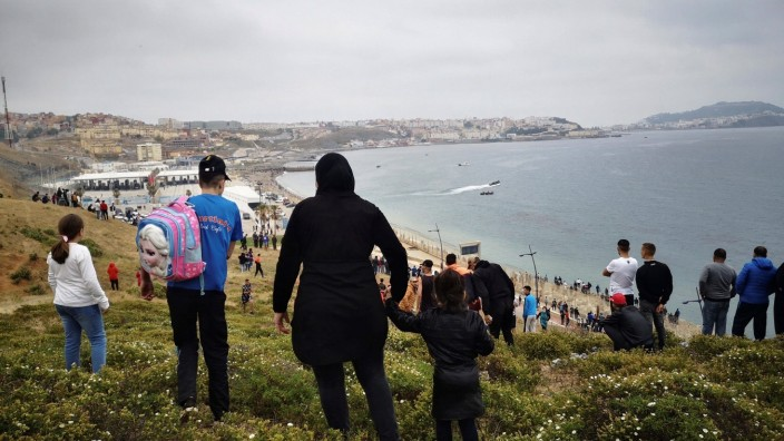 Hundreds of people continue to walk towards the border between Fnideq (Morocco) and Ceuta, Spanish enclave on the north