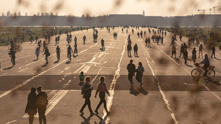 Frühlingswetter an in Berlin, Etliche Berlinerinnen nutzen das Frühlingshafte Wetter mit knapp über 20 Grad für einen A